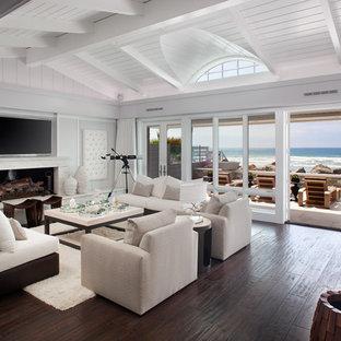 Inspiration pour un salon marin avec une salle de réception, une cheminée ribbon et un téléviseur fixé au mur.