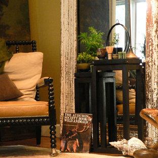 Idee per un soggiorno tradizionale di medie dimensioni e chiuso con sala formale, pareti gialle, parquet scuro, nessun camino, nessuna TV e pavimento marrone