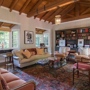 Exemple d'un salon avec une bibliothèque ou un coin lecture chic avec un mur blanc, un sol en bois brun et un sol marron.