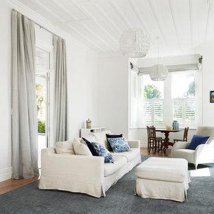 Imagen de salón tradicional renovado con paredes blancas