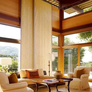 Modelo de salón abierto, actual, grande, sin televisor y chimenea, con paredes amarillas, moqueta y suelo beige