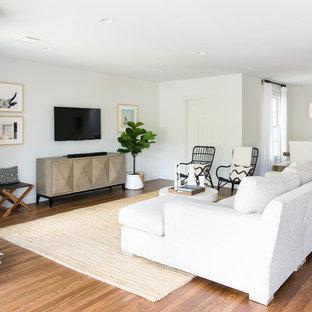 オースティンのビーチスタイルのおしゃれなLDK (フォーマル、白い壁、濃色無垢フローリング、壁掛け型テレビ、茶色い床) の写真