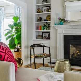 ボストンの小さいエクレクティックスタイルのおしゃれなリビング (ベージュの壁、無垢フローリング、標準型暖炉、木材の暖炉まわり、白い床) の写真