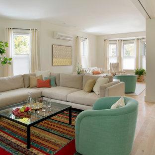 Ispirazione per un soggiorno contemporaneo aperto e di medie dimensioni con parquet chiaro, pareti beige, camino lineare Ribbon e cornice del camino in legno