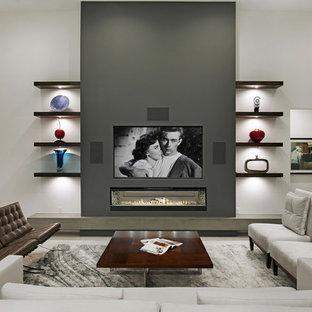Modern inredning av ett mellanstort allrum med öppen planlösning, med vita väggar, klinkergolv i porslin, en bred öppen spis, en väggmonterad TV och vitt golv