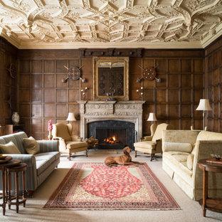 Repräsentatives, Abgetrenntes Klassisches Wohnzimmer mit brauner Wandfarbe, Teppichboden, Kamin, beigem Boden, Wandpaneelen und Holzwänden in Sonstige