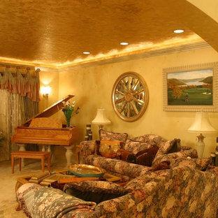 Esempio di un soggiorno bohémian di medie dimensioni e aperto con moquette, sala della musica, pareti gialle, nessun camino e nessuna TV