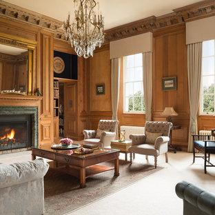 Modelo de salón cerrado, tradicional, grande, con paredes marrones, moqueta, chimenea tradicional, marco de chimenea de piedra y suelo blanco