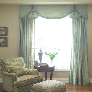Mittelgroßes, Repräsentatives, Fernseherloses, Abgetrenntes Klassisches Wohnzimmer ohne Kamin mit beiger Wandfarbe und braunem Holzboden in Toronto