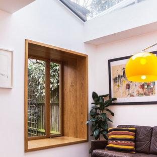 Mittelgroßes, Repräsentatives, Abgetrenntes Mid-Century Wohnzimmer mit weißer Wandfarbe, Schieferboden und schwarzem Boden in London