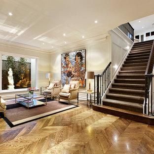 Foto de salón para visitas abierto, tradicional renovado, de tamaño medio, sin chimenea y televisor, con paredes blancas y suelo de madera en tonos medios