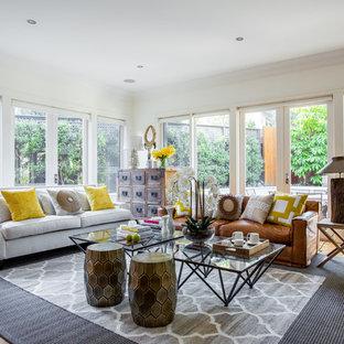 Immagine di un soggiorno stile marinaro di medie dimensioni e aperto con pareti bianche, pavimento in legno massello medio e sala formale