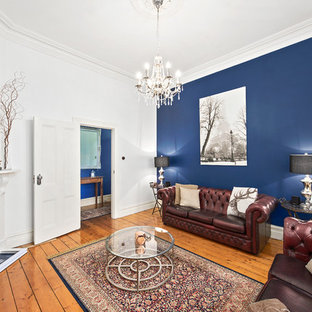 メルボルンのトラディショナルスタイルのおしゃれな独立型リビング (青い壁、淡色無垢フローリング、コーナー設置型暖炉) の写真