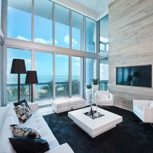 Foto de salón actual con paredes grises y televisor colgado en la pared