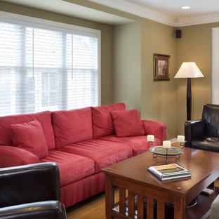 Ejemplo de salón cerrado, clásico, pequeño, con paredes amarillas, suelo de madera oscura y televisor independiente