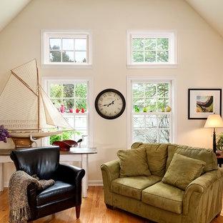 Esempio di un soggiorno chic stile loft e di medie dimensioni con parquet chiaro e pareti bianche
