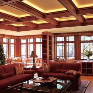 Foto di un grande soggiorno aperto con pareti marroni, parquet scuro, camino classico, cornice del camino in pietra e pavimento marrone