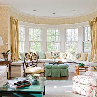 Ejemplo de salón para visitas cerrado, tradicional, grande, con suelo de madera en tonos medios, paredes amarillas y suelo marrón