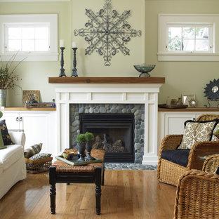Klassisches Wohnzimmer mit beiger Wandfarbe, braunem Holzboden und Kamin in Vancouver