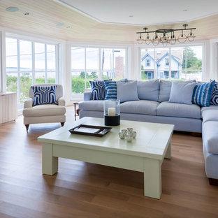 Idee per un soggiorno stile marino con camino ad angolo