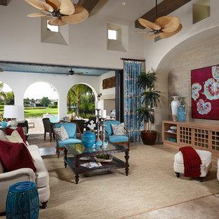 Foto de salón abierto, tropical, con paredes blancas