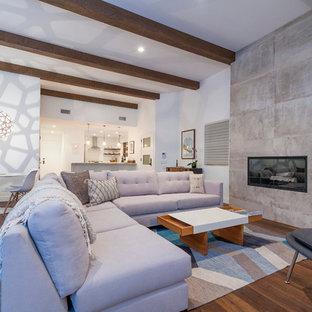 サンディエゴのビーチスタイルのおしゃれなLDK (白い壁、横長型暖炉、コンクリートの暖炉まわり、無垢フローリング) の写真