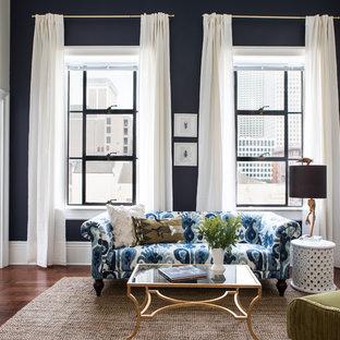 Idee per un soggiorno chic con pareti blu, pavimento in legno massello medio, TV autoportante e pavimento marrone
