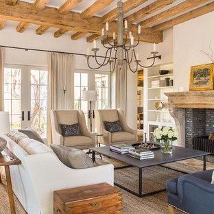 Repräsentatives Mediterranes Wohnzimmer mit weißer Wandfarbe, Terrakottaboden, Kamin, Kaminumrandung aus Stein und orangem Boden in Phoenix