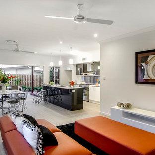 Großes, Offenes Modernes Wohnzimmer ohne Kamin mit weißer Wandfarbe und Vinylboden in Brisbane