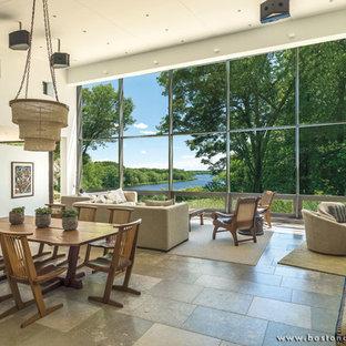 Ispirazione per un piccolo soggiorno design aperto con pareti beige e pavimento in pietra calcarea