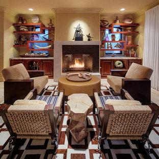 ロサンゼルスの大きいトロピカルスタイルのおしゃれなLDK (フォーマル、ベージュの壁、標準型暖炉、トラバーチンの床、タイルの暖炉まわり、ベージュの床) の写真