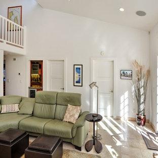 Klassisches Wohnzimmer ohne Kamin mit Hausbar, weißer Wandfarbe, Linoleum und braunem Boden in Sonstige