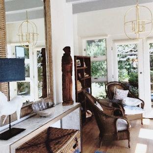 Diseño de salón abierto, clásico, pequeño, con paredes blancas y suelo de madera clara