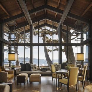 Réalisation d'un grand salon marin ouvert avec un sol en bois brun, un sol marron et une salle de réception.