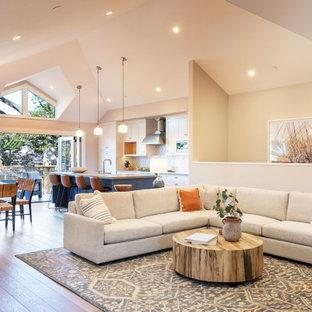 Ispirazione per un soggiorno stile americano di medie dimensioni con parquet scuro, pavimento marrone e pareti grigie