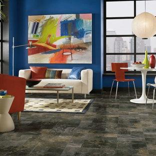 Idee per un soggiorno bohémian di medie dimensioni e aperto con sala formale, pareti blu, pavimento in travertino, camino classico, cornice del camino piastrellata e nessuna TV