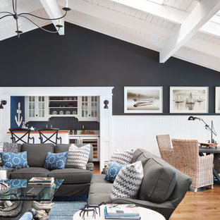 Foto di un ampio soggiorno stile marino aperto con pareti nere, pavimento in legno massello medio, pavimento rosso, nessun camino e nessuna TV