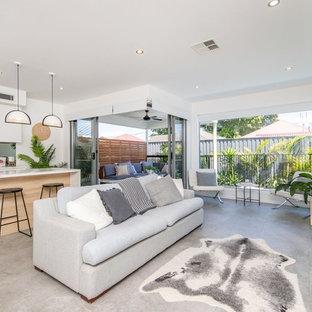 Kleines, Offenes Modernes Wohnzimmer ohne Kamin mit weißer Wandfarbe, Keramikboden, Multimediawand und grauem Boden in Newcastle - Maitland