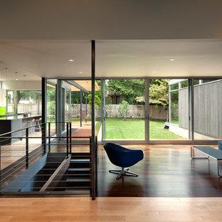 Foto di un soggiorno minimalista aperto con pavimento in legno massello medio