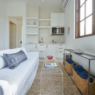 他の地域の小さいビーチスタイルのおしゃれなLDK (白い壁、コンクリートの床、暖炉なし、壁掛け型テレビ、白い床) の写真