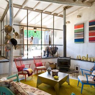 Imagen de salón para visitas cerrado, campestre, de tamaño medio, sin televisor, con paredes blancas y estufa de leña