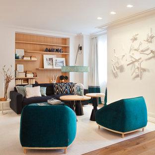 Esempio di un grande soggiorno contemporaneo aperto con pareti bianche, pavimento in legno massello medio, sala formale, nessun camino e nessuna TV