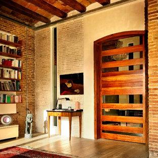 Foto de salón contemporáneo con parades naranjas y suelo de madera en tonos medios