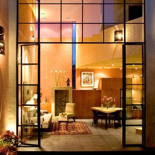 Modernes Wohnzimmer mit oranger Wandfarbe in Mexiko Stadt