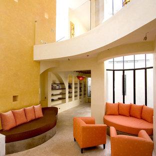 Idée de décoration pour un salon sud-ouest américain avec un mur jaune.