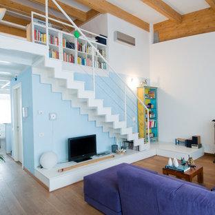 Ejemplo de salón para visitas abierto, actual, de tamaño medio, con suelo de madera en tonos medios, estufa de leña, marco de chimenea de metal y paredes blancas
