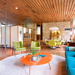 オースティンのミッドセンチュリースタイルのおしゃれなリビング (テラコッタタイルの床、オレンジの床) の写真