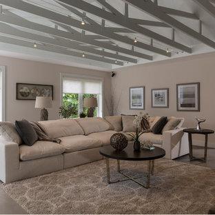 マイアミの大きいビーチスタイルのおしゃれなリビング (ベージュの壁、トラバーチンの床、標準型暖炉、石材の暖炉まわり、壁掛け型テレビ、ベージュの床) の写真