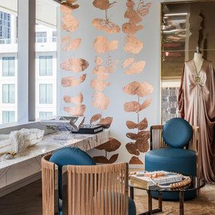 Idéer för mellanstora vardagsrum, med flerfärgade väggar, ljust trägolv och beiget golv