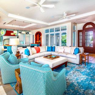 Ispirazione per un soggiorno stile marinaro di medie dimensioni con parquet chiaro e pavimento marrone